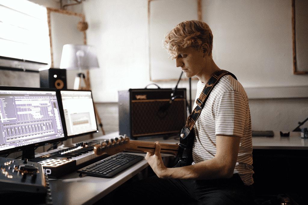 David spielt Gitarre